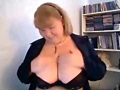 Mãe Carla brandindo grandes seios em cam