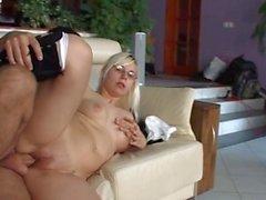 Klobig Schülerin blickt auf eine lange Schwanz auf dem Sofa