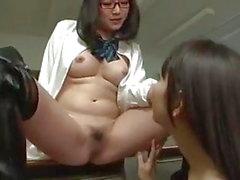 Asyalı Lezbiyen Kız Öğrenci Pussy Casts Öğretmen Üzerine Büyü