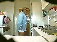 Spion Clips Erika in der Küche reife