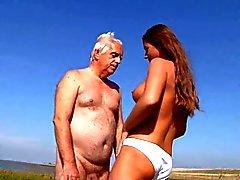 Bystig LITEN knullar gammal man på stranden i