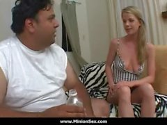 Du Larbins - Fat guy avec des petits femelles de baise dick et de manger la nourriture 04