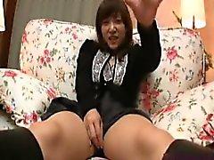 Сексуальная Азиат красотка воспроизводит на саму себя и получает свой Втулка pounde