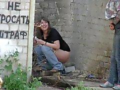 Jeunes Femmes enlèvent culottes pee à l'extérieur de 2