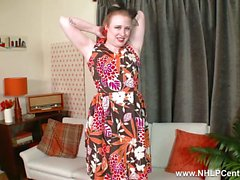 Blonde Satine Spark-Streifen Retro schwarzen Dessous wichst in roten High Heels und Nylons RHT