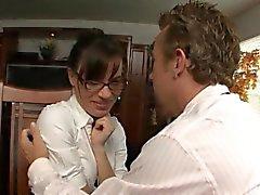 Medelålders klienten för flirtar med bild clerk