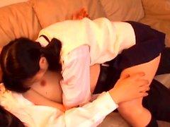 Nettes japanisches jugendlich erwirbt die asiatische haarige Pelzpastete, die missbraucht wird