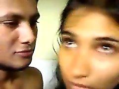 Tous types de couple Indian nu dans la de bains