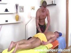 Gay erkekten gelişmiş kaslı doğrusal dostum için masaj hizmetleri