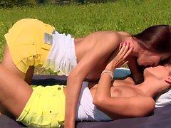 Söpö lesbo pariskunta ulkona hauskaa