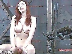 Связанный девочки ожидает от предвкушения своего следующего казни