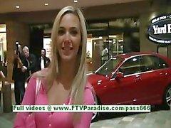 Sophia sexig blondin med naturliga bröst ha kul och blinkande bröst offentligt