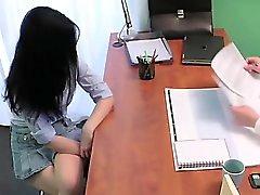 Médico folla a inclinado sobre los pacientes atractivo