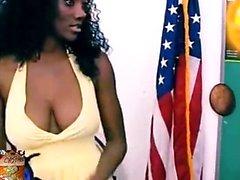 Ebenholz-Hausfrau, die ihre großen Brüste zusammendrückt