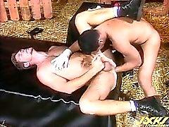 Марсело слайды ударил его кулаком в попу Росс , протягивает дыра .