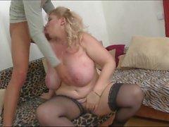 Blonde Hausfrau auf dem Sofa vernascht