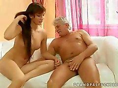 Sıcak genç yaşlı adam seks vardır