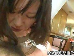 De Makiko Nakane - Maman du Japon écartant les cuisses d'un disque Cock