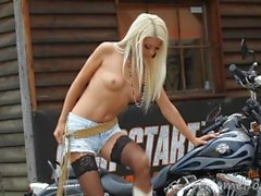 Smoking-hot blonde displays her incredibly sexy body