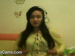 Порочная китайская девушка мастурбирует