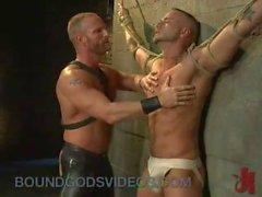 Duvarına bağlı büyük dick ile Eşcinsel cbt alır