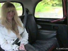 Bionda fiche pelose scopata in Taxi