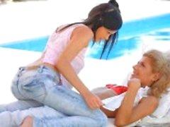 Impertinente amantes feminino ao lado da piscina