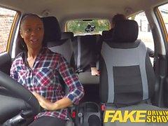 Väärennetty autokoulussa busty musta tyttö ottaa nuoleskelee pillua läpäistävä