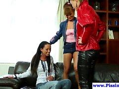 Pissing lesbiska Peeing klädd trevägs