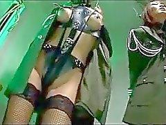 Deux asiatique Soldier filles avec des les bras liés Prise Pignose Baisers de torturés par des 2 mecs à la prison