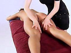 Belleza disfruta masaje y muestra coño virgen