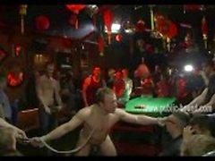 Stud är bundet i en bar och har hans bollar och överkroppen täckt i bröstvårtan klämmor