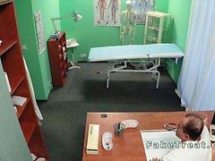 Docteur fout l'infirmière donc patient sur sa fausse hôpitaux