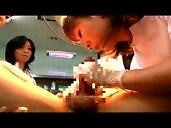 Insatiables médecins asiatiques sucer et caresser une dure piqûre