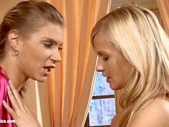 Divan Desire incroyablement chaud blondes ont lesbiennes f