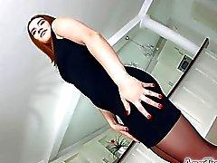 brunetta Asstraffic in abito nero viene analizzata