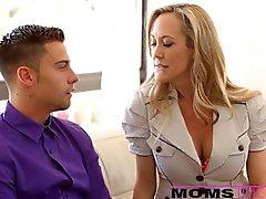 Mom nourrit belles-filles sperme sur moule