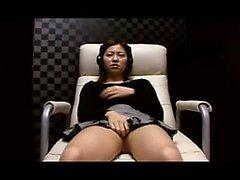 Eccitati ragazza asiatica calcia un vibratore di lavoro sua magia per la sua