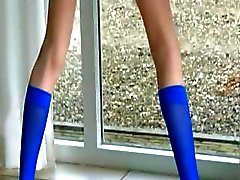 Blauwe sokken en benige harige kut
