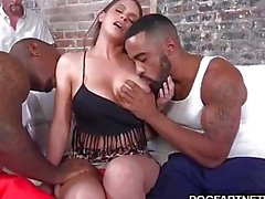 De brooklyn Chase Fucks Two svarta killar behaga henne Gubbe