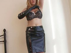 Kinky блондинка из латекса кончает перчаток