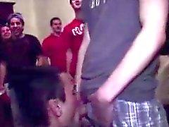 Straight teens antamalla blowjobs iloiset veljeskunta ryhmäseksistä