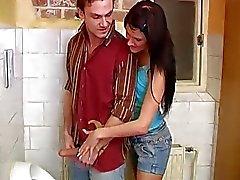 Emo genç brunette elle oral Debbie genel tuvalet çarptım