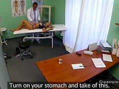 Idéale patient à le cul par médecin de fausses hôpital