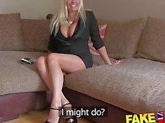 FakeAgentUK Blonde bouffante MILF avec de gros seins obtient attachée et baisée pourri