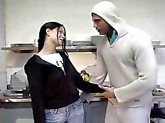 Könet i kitchenen med het brunett tonåring