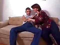 Kliva mama kasta sig mig av på soffan