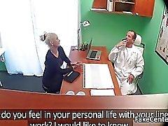 Busty milf culo a medici ufficio