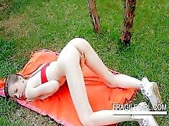 Tiener knaller Gloria wrijft roze clit in close- up outdoor
