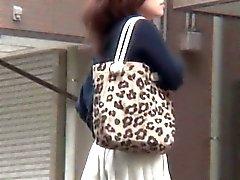 Prostituta asiática fazer xixi urinar nas ruas